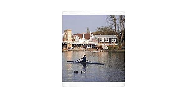 Foto taza de Man remo sobre el río Támesis cerca de Club de Remo, Marlow suspensión puente en: Amazon.es: Hogar