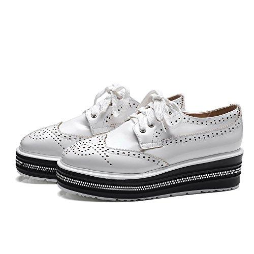 AllhqFashion Damen Schnüren Lackleder Rund Zehe Mittler Absatz Rein Pumps Schuhe Weiß