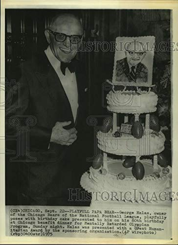 1975 Press Photo Chicago Bears owner George Halas poses with 80th birthday cake.