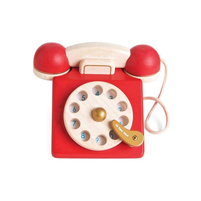 41WvPCdPlTL Estilo retro hermosamente construido: a tu pequeño le encantará este juguete de juguete de madera para teléfono de rol. Con una campana dentro del teléfono para la diversión del juego de rol. Los dígitos escritos y la rueda giratoria realista fomentan el reconocimiento de números. Hecho de madera de goma pintada en rojo icónico y acabado con un toque de oro de lujo. Ideal para jugar interactivo: a los niños les encanta jugar junto con este brillante y colorido escenario y juego de rol. A medida que fomenta la imaginación creativa, el desarrollo social y del lenguaje, así como el desarrollo del reconocimiento del color estimulando la imaginación de tu pequeño. Diseño destacado y brillante pintado: con su hermoso, chispa creatividad, diseño nostálgico, el juguete de madera para jugar a roles del teléfono de juguete permite a los niños tomar recuerdos felices e incorporarlos a un ambiente de juego positivo. Un gran regalo divertido para niños o niñas a partir de 3 años.