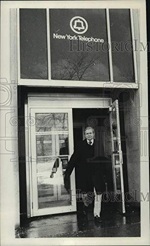 Vintage Photos 1982 Press Photo Dave Seaver Leaving Office of NY Telephone Company, ()