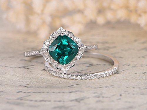2pcs Emerald Wedding Ring Set,7mm Cushion Cut Green Emerald 14k White Gold Ball Prong Floral Halo Antique Art Deco Style Engagement Ring Half Eternity Diamond Stackable Stacking Matching Band (Antique Style Platinum Engagement Ring)