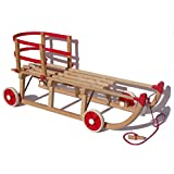 Original Roll Rodel - der Holzschlitten mit Rädern zum Einsatz auf Teer und Schnee - Schlitten mit Rollen, roter Kunststofflehne und Zugseil (Davoser Schlitten 110cm) - Kinderfahrzeug - Babyschlitten