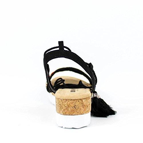 Sandalia en cuña. Detalle decorativo en la pala y borlas en cintas. Cuña de bio. Cierre mediante lazada pulsera en tobillo. Negro