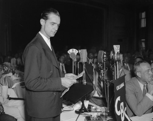 1938 photo Howard Hughes speaking before the Press Club. Washington, D.C., Ju b1