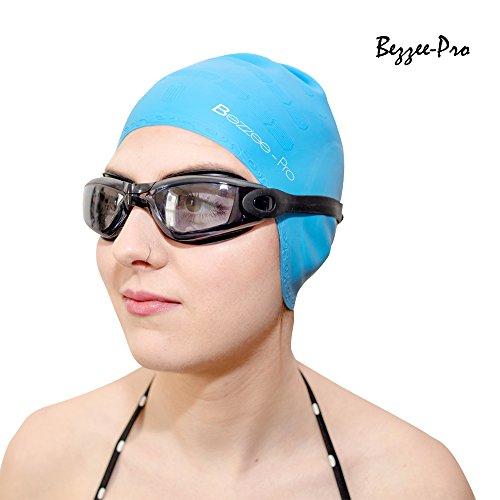 Badekappen für Damen & Herren - Starke Silikon Schwimmkappen mit ergonomischen Ohrschützern - Reißfeste Schwimmhüte - Anzüge für Erwachsene, Jugendliche Jungen & Mädchen - In geschützter Hutbox mit einer kostenfreien Nasenklammer und Ohrstöpseln von Bezzee-Pro (Hellblau)