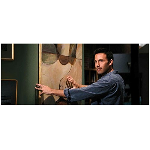 He's Just Not That Into You Ben Affleck As Neil Holding Painting On Screen 8 x 10 Inch Photo
