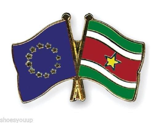 L'union européenne & Suriname Drapeaux d'amitié avec Pin's (épinglette Badge en émail