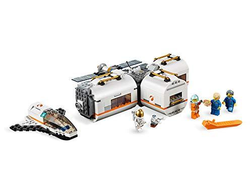 Incluye 4 minifiguras LEGO City: 2 astronautas y 2 miembros del equipo; incluye también una figura de un robot. Este set de juguetes inspirado en una estación espacial se compone de 3 módulos desmontables con techos también desmontables: un módulo de descanso y entrenamiento con cinta, cama antigravedad y pantalla de televisión, un módulo de laboratorio con ladrillo luminoso y herramientas de investigación, y un módulo de cocina con plantas y horno de pizza; cuenta además con un compartimento hermético central. Los módulos se pueden organizar de diferentes maneras alrededor del compartimento hermético central o sobre él. Este set de juguetes de astronautas basado en los equipos que usa la NASA incluye también un satélite desmontable con paneles solares plegables y una lanzadera espacial desmontable con espacio de carga y cabina abatible.