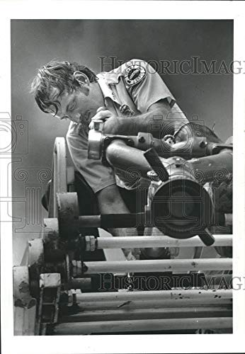 1985 Press Photo Houston fireman D.E. Milbourn works on pump - hca33312