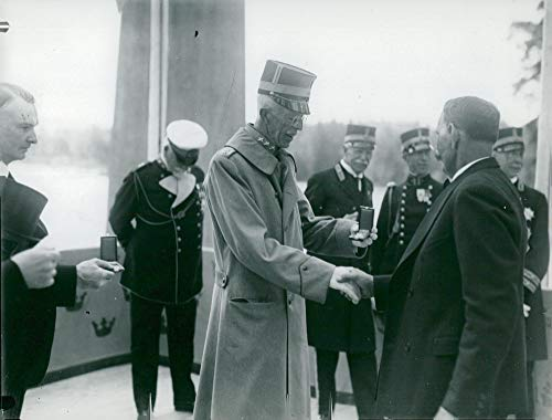 - Vintage photo of The king assigns a gold medal inauguration at Varg246;ns power plant opening.