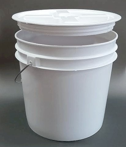 Bucket (Api Kirk) with Metal Handle 2 Gallon with Screw on Gamma Seal Lid
