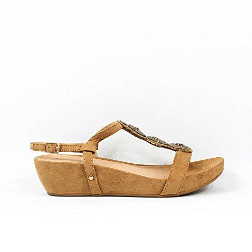 Sandalia cuña. Detalle brillantes en la pala. Cierre mediante hebilla pulsera en tobillo. Altura cuña 4.0 cm. Camel