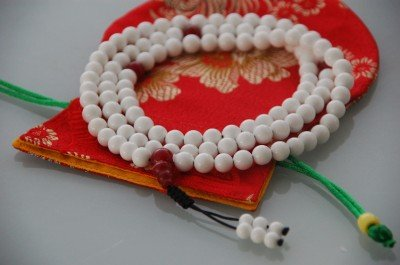 (Tibetan Conch Shell Mala 108 Beads for Meditation with Silk Pouch)