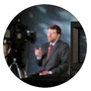 alfombrilla de ratón Monitor en el estudio de producción de televisión que muestra el hombre hablando con una cámara - ronda - 20cm