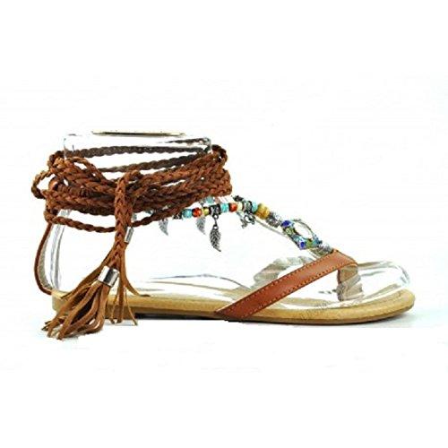 Claudia, Sandalia Plana de Mujer, Cuerdas trenzadas atadas al Tobillo,Color Marrón, adornos metálicos.