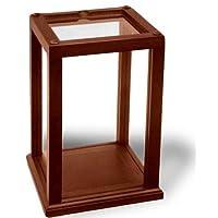 La vitrina con adornos de madera retiene y protege las colecciones y las muñecas