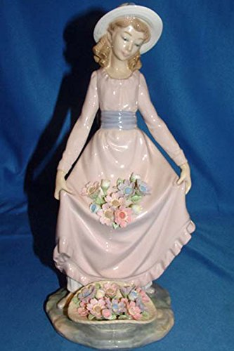 Lladro Figurine, 5027 Flower Curtsey, Girl with flowers (Lladro Girl Flowers)