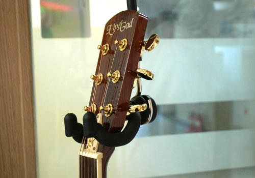 the guitar hanger 1001 original closet buy online in uae electronics products in the uae. Black Bedroom Furniture Sets. Home Design Ideas