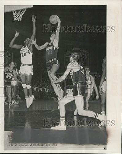 1969 Press Photo Marquette center drives on Loyola at Chicago stadium in Chicago - Historic Images (Historic Chicago Stadium)
