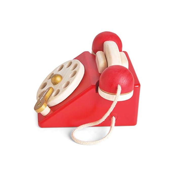41avKq0Em6L Estilo retro hermosamente construido: a tu pequeño le encantará este juguete de juguete de madera para teléfono de rol. Con una campana dentro del teléfono para la diversión del juego de rol. Los dígitos escritos y la rueda giratoria realista fomentan el reconocimiento de números. Hecho de madera de goma pintada en rojo icónico y acabado con un toque de oro de lujo. Ideal para jugar interactivo: a los niños les encanta jugar junto con este brillante y colorido escenario y juego de rol. A medida que fomenta la imaginación creativa, el desarrollo social y del lenguaje, así como el desarrollo del reconocimiento del color estimulando la imaginación de tu pequeño. Diseño destacado y brillante pintado: con su hermoso, chispa creatividad, diseño nostálgico, el juguete de madera para jugar a roles del teléfono de juguete permite a los niños tomar recuerdos felices e incorporarlos a un ambiente de juego positivo. Un gran regalo divertido para niños o niñas a partir de 3 años.
