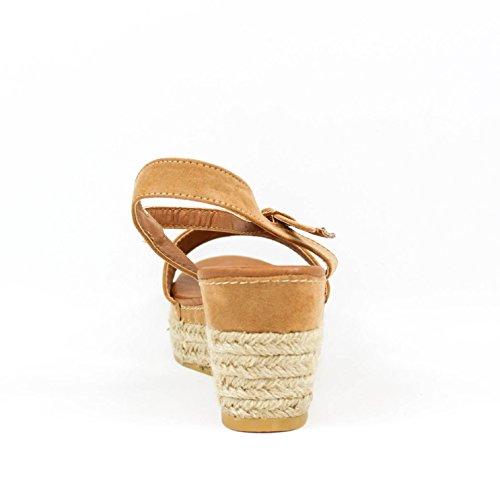 Sandalia cuña. Detalle floral en la tira. Cierre mediante hebilla pulsera en tobillo. Cuña revestida de yute en color natural. Altura de la cuña 8.0 cm. Camel