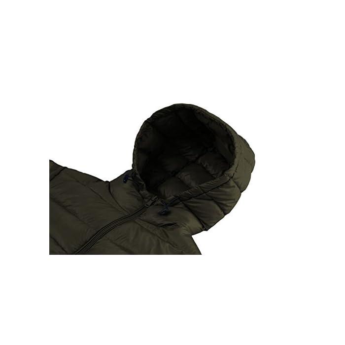 Cáscara de nailon denso con revestimiento especial para un rendimiento óptimo a prueba de viento y relleno de plumón de pato para una máxima retención de calor. Las características livianas y el relleno de plumón premium hacen que este abrigo se pueda empacar en su bolsa para facilitar su transporte. Tejido: capa exterior de tafetán de nailon 20D * 400T Relleno: 80% plumón de pato.