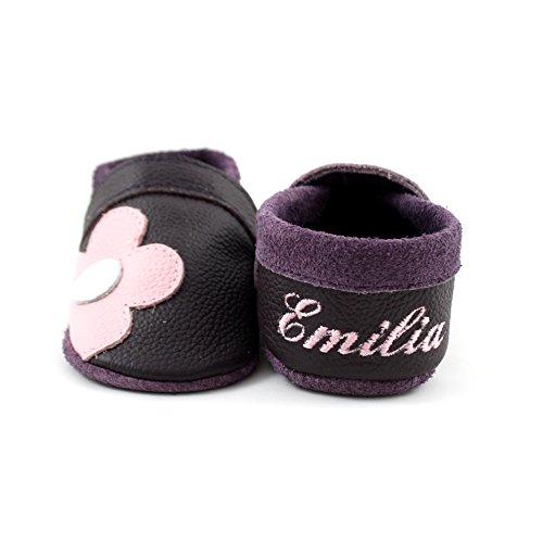 little foot company®, handgemachte Markenqualität aus Deutschland, weiches Komfortleder, Krabbelschuhe, Babypuschen, personalisiert mit Namen, individuell bestickt in pflaume