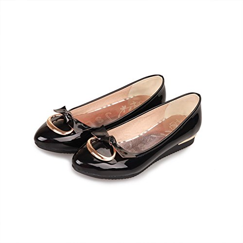 VogueZone009 Womens Round Toe Kitten Heels PU Patent Leather Solid Pumps with Metalornament Black qucNbvpfXR