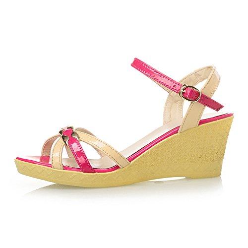 La pendiente con femeninas sandalias de tacón alto con sandalias de verano o pendiente con sandalias de la manera del color de la torre Rose Bengal