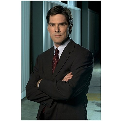 Criminal Minds 8 x 10 Photo Aaron Hotchner/Thomas Gibson Black Suit Maroon Tie Arms Crossed kn