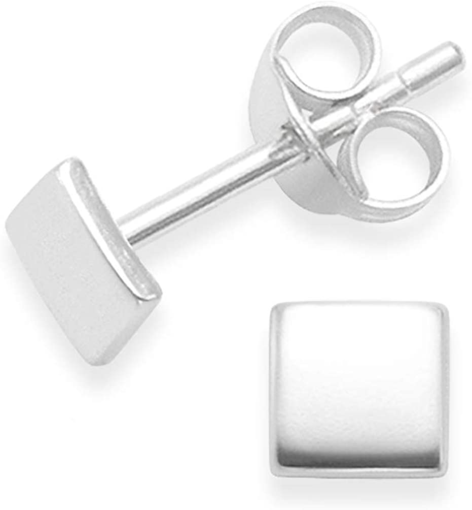 Pendientes cuadrados de plata de ley Heather Needham. Tamaño: diminuto 4 mm x 1 mm. Pendientes cuadrados de plata en caja de regalo.