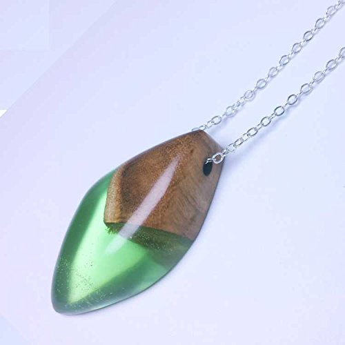 (China's Shield shape pendant / necklace handmade from china gold silk wood and green resin。Made in China。)