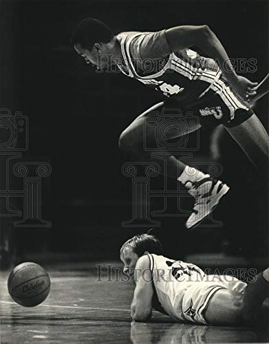 Vintage Photos 1989 Press Photo Marquette Basketball Player Tony Smith Leaps Over Furman Player