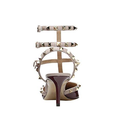 Sandali Con Il Cinturino Delle Donne Del Merumote I Sandali Con Il Tallone Della Doppia Fibbia Rivetti Sottili Si Vestono I Sandali Del Vino