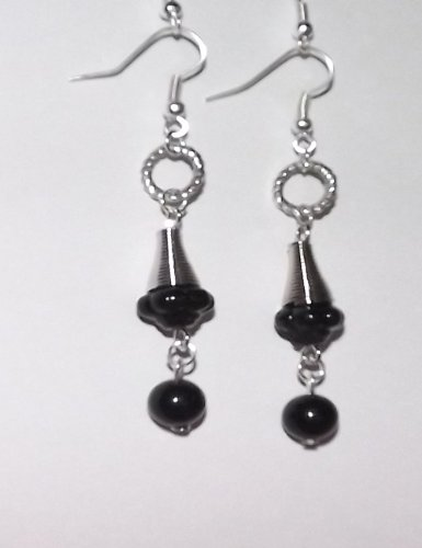 1 Boucles d'oreilles argentée – perle noires- perles argentée.