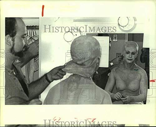 Costumes Houston Tx (Vintage Photos 1984 Press Photo Chris Robson Put on Akhnaten Costume, Houston Grand Opera,)