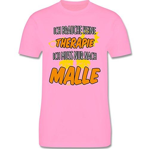 Urlaub - Ich brauche keine Therapie ich muss nur nach Malle - XL - Rosa - L190 - Herren Premium T-Shirt