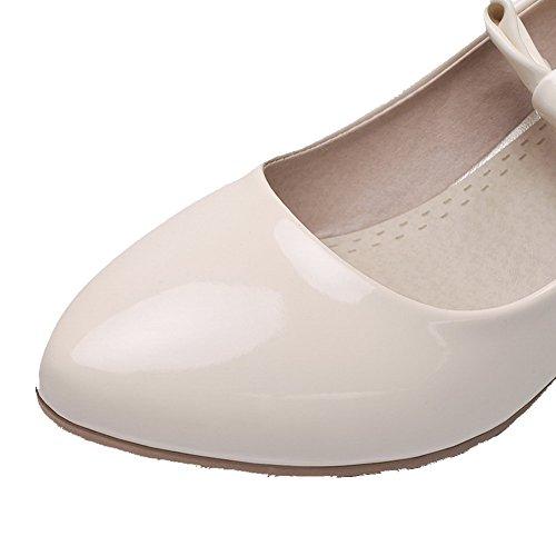 AllhqFashion Damen Schnalle Spitz Zehe Mittler Absatz Lackleder Rein Pumps Schuhe Cremefarben