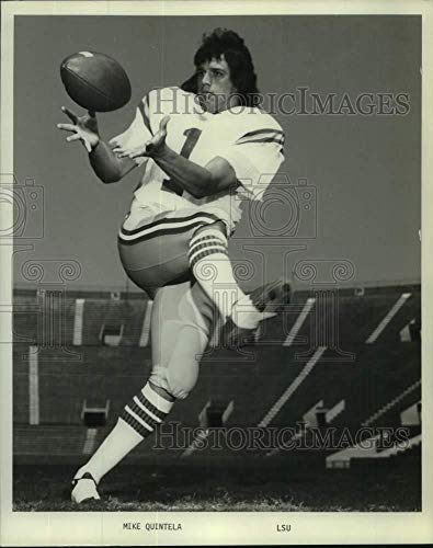 1980 Press Photo LSU football player Mike Quintela catches pass on the field