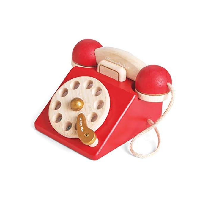 41eXros32QL Estilo retro hermosamente construido: a tu pequeño le encantará este juguete de juguete de madera para teléfono de rol. Con una campana dentro del teléfono para la diversión del juego de rol. Los dígitos escritos y la rueda giratoria realista fomentan el reconocimiento de números. Hecho de madera de goma pintada en rojo icónico y acabado con un toque de oro de lujo. Ideal para jugar interactivo: a los niños les encanta jugar junto con este brillante y colorido escenario y juego de rol. A medida que fomenta la imaginación creativa, el desarrollo social y del lenguaje, así como el desarrollo del reconocimiento del color estimulando la imaginación de tu pequeño. Diseño destacado y brillante pintado: con su hermoso, chispa creatividad, diseño nostálgico, el juguete de madera para jugar a roles del teléfono de juguete permite a los niños tomar recuerdos felices e incorporarlos a un ambiente de juego positivo. Un gran regalo divertido para niños o niñas a partir de 3 años.
