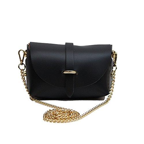 Una borsa a sfera nera, splendidamente progettata, con cinturino in metallo distaccabile con chiusura a cinghia