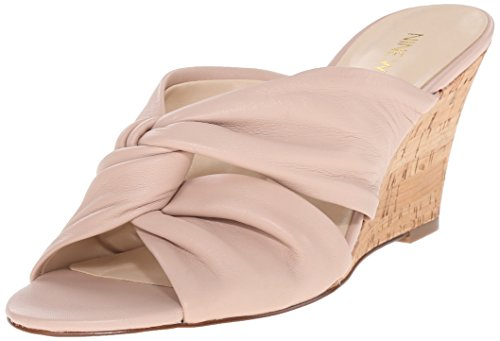 Nine West Kessie cuero de la cuña de la sandalia Light Natural