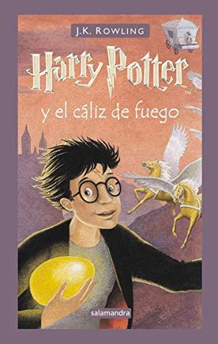 41f0VrjQbEL Harry Potter y el cáliz de fuego es la cuarta entrega de la serie fantástica de la autora británica J.K. Rowling. «Habrá tres pruebas, espaciadas en el curso escolar, que medirán a los campeones en muchos aspectos diferentes: sus habilidades mágicas, su osadía, sus dotes de deducción y, por supuesto, su capacidad para sortear el peligro.» Se va a celebrar en Hogwarts el Torneo de los Tres Magos. Sólo los alumnos mayores de diecisiete años pueden participar en esta competición, pero, aun así, Harry sueña con ganarla. En Halloween, cuando el cáliz de fuego elige a los campeones, Harry se lleva una sorpresa al ver que su nombre es uno de los escogidos por el cáliz mágico. Durante el torneo deberá enfrentarse a desafíos mortales, dragones y magos tenebrosos, pero con la ayuda de Ron y Hermione, sus mejores amigos, ¡quizá logre salir con vida!