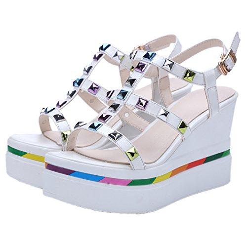 AIYOUMEI Damen T-spangen Keilabsatz Sandalen mit Nieten und Schnalle Elegant Sommer Schuhe Weiß