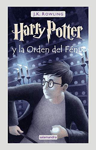 41fKJUUEdaL Harry Potter y la Orden del Fénix es la quinta entrega de la ya clásica serie de fantasía de la autora británica J.K. Rowling. «El director cree que no es conveniente que eso continúe ocurriendo. Quiere que te enseñe a cerrar tu mente al Señor Tenebroso.» Son malos tiempos para Hogwarts. Tras el ataque de los dementores a su primo Dudley, Harry Potter comprende que Voldemort no se detendrá ante nada para encontrarlo. Muchos niegan que el Señor Tenebroso haya regresado, pero Harry no está solo: una orden secreta se reúne en Grimmauld Place para luchar contra las fuerzas oscuras. Harry debe permitir que el profesor Snape le enseñe a protegerse de las brutales incursiones de Voldemort en su mente. Pero éstas son cada vez más potentes, y a Harry se le está agotando el tiempo... Tras su publicación, la crítica dijo...«La Orden del Fénix empieza lentamente, gana velocidad y entonces vuela, con algunos saltos mortales, hacia su feroz conclusión. Cuanto mayor es Harry, mejor es Rowling.»The New York Times Book Review «Rowling prima el desarrollo psicológico sobre la acción en esta última entrega, explorando hábilmente el efecto que tiene sobre Harry el declive de su popularidad y el frecuente sentimiento de soledad de la adolescencia . Cuando el lector llegue al final de esta historia, estará ansioso por saber qué le sucederá a Harry en su sexto y séptimo años en Hogwarts.» Publishers Weekly «Tras la feroz batalla final entre el director y el villano Quien-tú-ya-sabes, puede que te duelan las muñecas, pero querrás más.»People «Rowling se ha convertido en una virtuosa de la trama, capaz de asombrar y sorprender según su voluntad.»Time «Estos libros no son inofensivos; si son peligrosos es porque la lectura hace pensar a los niños.»Times Literary Suplement «La señora Rowling se encuentra en la cima de su creatividad . La última aventura de Potter podría ser El guardián en el centeno sin palabras ofensivas ni alcohol... O quizá tan solo sin palabras ofensivas, pues
