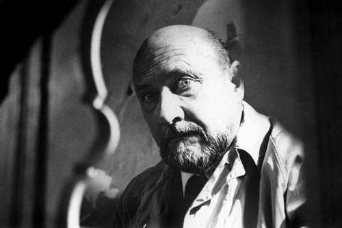 Donald Pleasence in Halloween in classic raincoat as Dr Loomis 11x17 Mini Poster]()