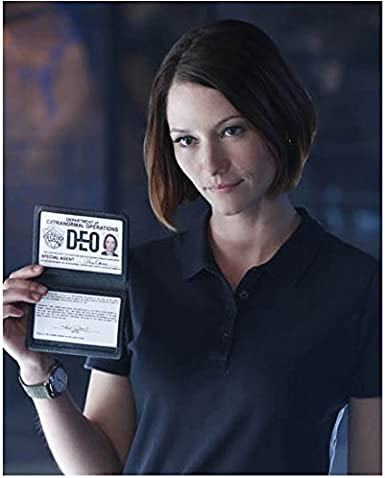 Supergirl Chyler Leigh As Alex Danvers Holding Up Id 8 X 10 Inch