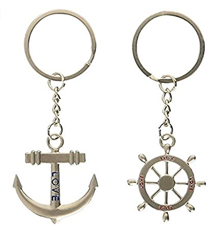 Llavero con colgante de ancla y volante del barco en un ...
