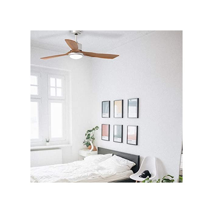41gU2nemwyL Ventilador de techo de madera de 3 aspas, diámetro de 132 cm y potencia de 100W que lo hacen ideal para refrescar cualqueir estancia de forma óptima de entre 20 y 30 m2. Destaca el acabado en acero inoxidable, que le da un toque estiloso y de diseño. Luz LED con 3 tonos de color diferentes con los que podrás decidir como iluminar cualquier estancia. Podrás elegir entre un tono cálido, otro blanco y un tercer frío, y cambiarlos cuando desees o en función de la decoración. Aspas de madera optimizadas para ofrecer una distribución del aire perfecta. Además, también incluye mando a distancia para tu mayor comodidad y temporizador, para que puedas programarlo.
